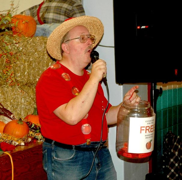 Master of ceremonies Mitchell Wellman announces the winner of a door prize during AppleFest. (Alexander Violo photo)